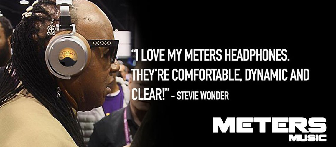 Stevie-Wonder-escuchando-los-auriculares-Meters-OV1