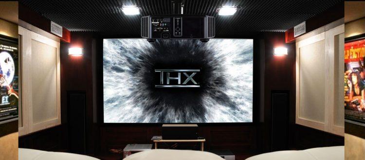 Sala-home-cinema-con-pantalla-certificada-THX